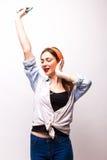 Música que escucha de la mujer en auriculares y el baile Imagen de archivo libre de regalías