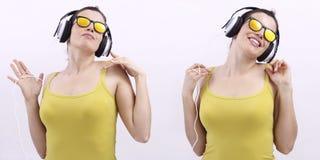 Música que escucha de la mujer feliz en los auriculares y los sunglas que llevan imagen de archivo