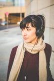 Música que escucha de la mujer hermosa joven del inconformista Imagen de archivo libre de regalías