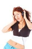 Música que escucha de la mujer hermosa y canto Foto de archivo libre de regalías