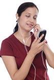 Música que escucha de la mujer india joven Imagenes de archivo