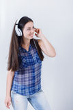 Música que escucha de la mujer joven con los auriculares Fotografía de archivo