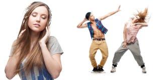 Música que escucha de la mujer joven y dos bailarines en fondo Foto de archivo libre de regalías