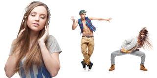 Música que escucha de la mujer joven y dos bailarines en fondo Foto de archivo