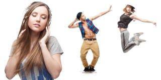Música que escucha de la mujer joven y dos bailarines en fondo Fotos de archivo libres de regalías