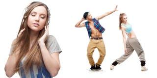 Música que escucha de la mujer joven y dos bailarines en fondo Fotos de archivo
