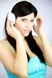 Música que escucha de la mujer magnífica con los auriculares felices Fotografía de archivo libre de regalías