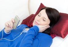 Música que escucha de la mujer Relaxed con los auriculares Fotos de archivo libres de regalías