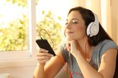 Música que escucha de la mujer Relaxed con los auriculares Imagen de archivo