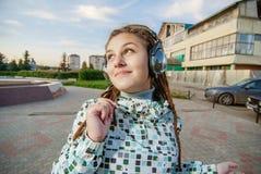 Música que escucha de las mujeres jovenes Fotos de archivo