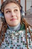 Música que escucha de las mujeres jovenes Fotos de archivo libres de regalías