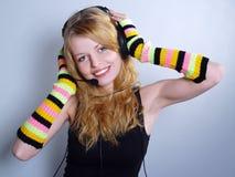 Música que escucha de las mujeres jovenes en auriculares Fotografía de archivo libre de regalías