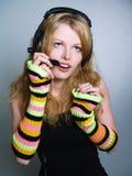 Música que escucha de las mujeres jovenes en auriculares Foto de archivo
