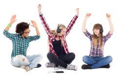 Música que escucha de los adolescentes felices en los auriculares aislados en whi Fotos de archivo