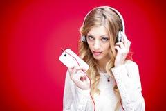 Música que escucha de los auriculares Imágenes de archivo libres de regalías