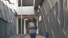 Música que escucha del adolescente afroamericano confiado y el activar en el fondo urbano pobre de la ciudad Metas del logro almacen de metraje de vídeo