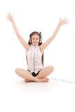 Música que escucha del adolescente bonito en sus auriculares Imagen de archivo libre de regalías
