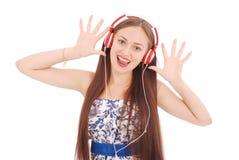 Música que escucha del adolescente bonito en sus auriculares Imagen de archivo