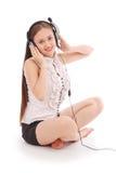 Música que escucha del adolescente bonito en sus auriculares Fotos de archivo libres de regalías