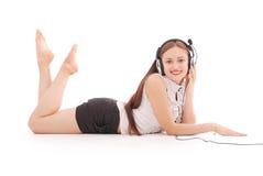 Música que escucha del adolescente bonito en sus auriculares Imágenes de archivo libres de regalías