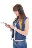Música que escucha del adolescente con el teléfono móvil aislado en blanco Imagen de archivo libre de regalías