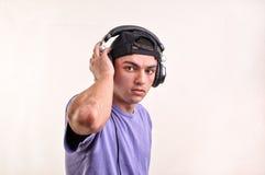 Música que escucha del adolescente con los auriculares Foto de archivo