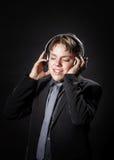Música que escucha del adolescente en auriculares Foto de archivo libre de regalías