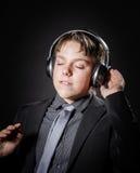 Música que escucha del adolescente en auriculares Imagenes de archivo
