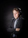 Música que escucha del adolescente en auriculares Imágenes de archivo libres de regalías