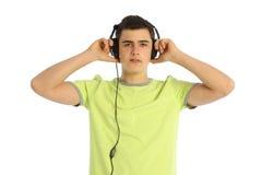 Música que escucha del adolescente en el fondo blanco Foto de archivo