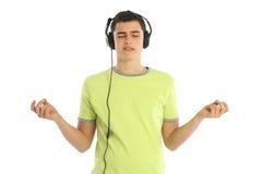 Música que escucha del adolescente en el fondo blanco Fotografía de archivo