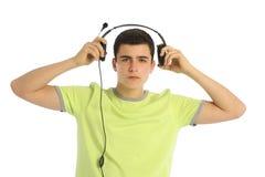 Música que escucha del adolescente en el fondo blanco Fotografía de archivo libre de regalías