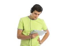 Música que escucha del adolescente en el fondo blanco Imagenes de archivo