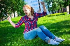 Música que escucha del adolescente en parque Imagen de archivo libre de regalías