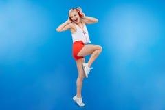Música que escucha del adolescente femenino en auriculares Imágenes de archivo libres de regalías