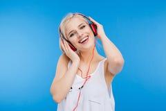 Música que escucha del adolescente femenino en auriculares Foto de archivo