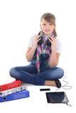 Música que escucha del adolescente hermoso con PC de la tablilla Imagen de archivo libre de regalías