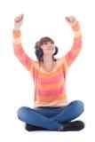 Música que escucha del adolescente hermoso feliz en auriculares Foto de archivo
