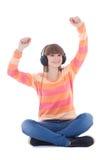 Música que escucha del adolescente hermoso feliz en isola de los auriculares Foto de archivo