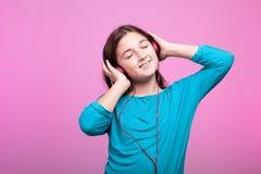 Música que escucha del adolescente joven alegre Fotos de archivo