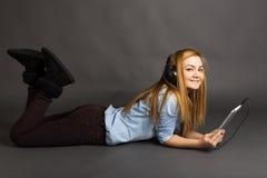 Música que escucha del adolescente lindo feliz en sus auriculares Imagenes de archivo