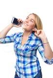 Música que escucha del adolescente rubio con smartphone Foto de archivo libre de regalías
