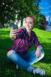 Música que escucha del adolescente y fabricación de la foto del selfie con elegante Imagen de archivo libre de regalías