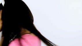 Música que escucha del baile feliz de la mujer con las auriculares almacen de metraje de vídeo