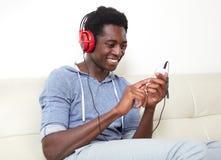 Música que escucha del hombre afroamericano Imagen de archivo