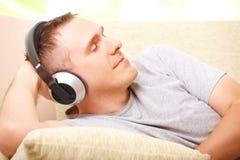 Música que escucha del hombre con los auriculares Fotografía de archivo