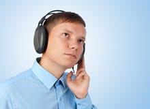 Música que escucha del hombre joven Foto de archivo