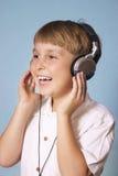 Música que escucha del muchacho Imagen de archivo