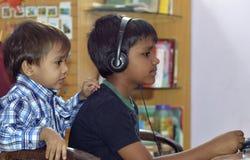 Música que escucha del muchacho Imagen de archivo libre de regalías