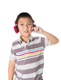 Música que escucha del muchacho asiático con los auriculares, aislados en el CCB blanco Foto de archivo